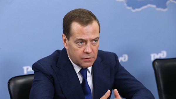 """""""Страна мало создаёт, но очень хорошо отмечает"""": Медведев считает, что длинные новогодние праздники вредят экономике"""