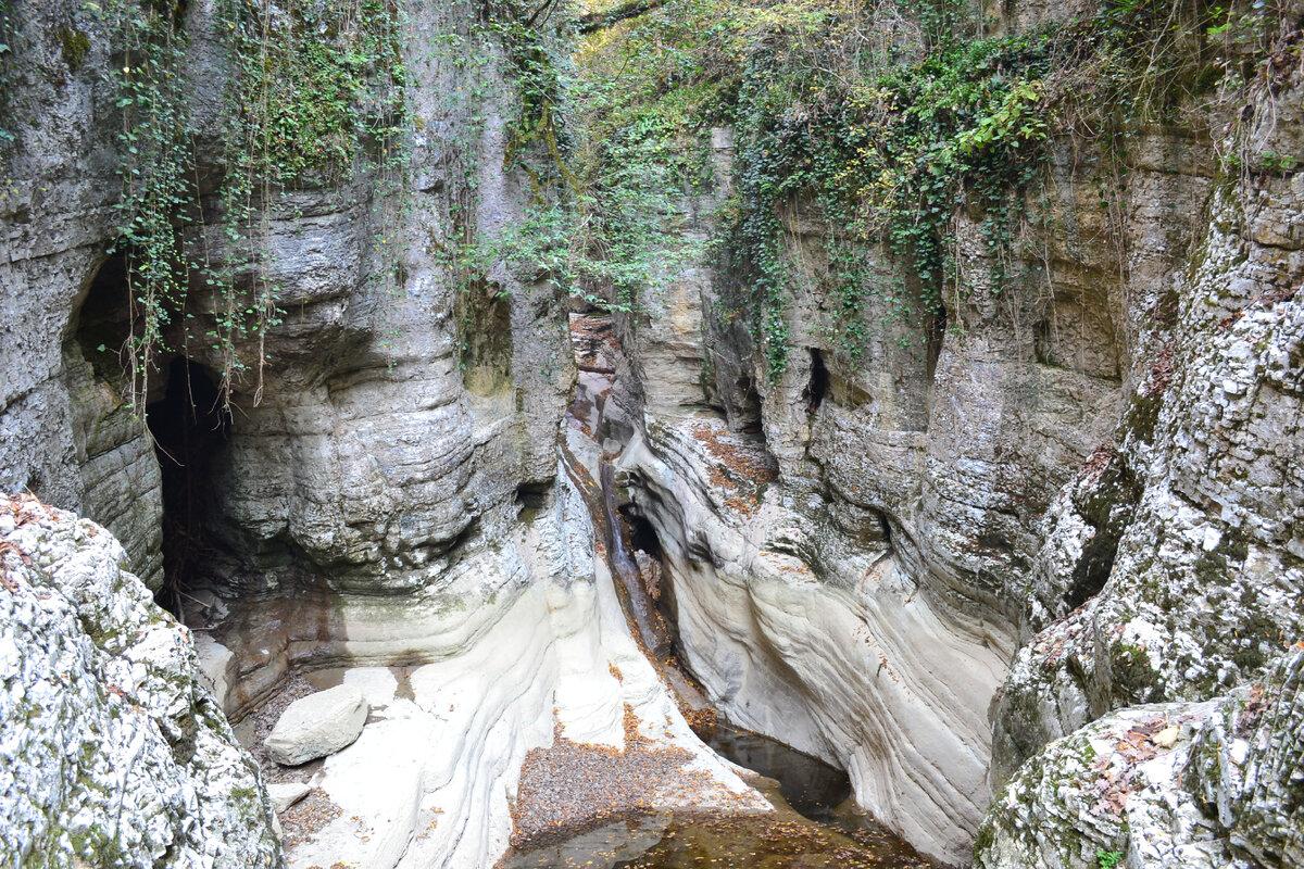 Пещера - тёмная дыра слева от водопада