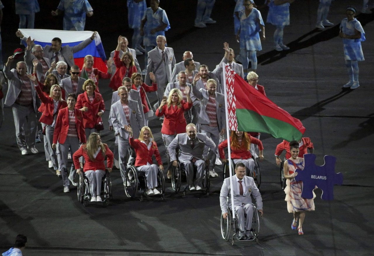 Спасибо, братья! Российский флаг на открытии Паралимпиады–2016 пронесли белорусские спортсмены
