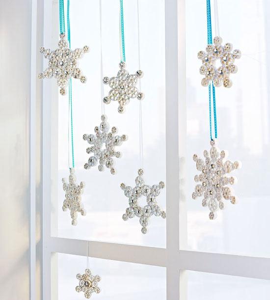 Снежинки можно создавать из разных подручных материалов, например, из макаронных изделий