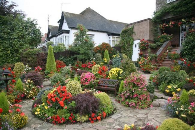 Яркий цветочный ландшафт сада в английском стиле