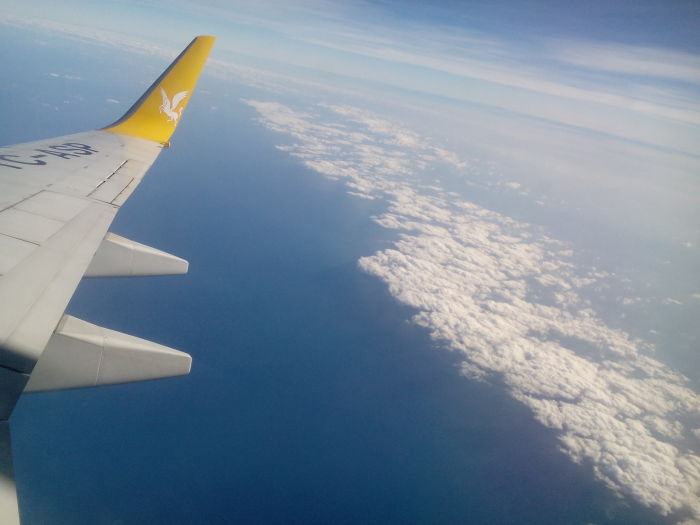 Под крылом самолёта о чём-то поёт...