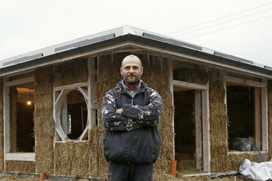 Почти как Ниф-Ниф: бизнесмен строит дом из соломы