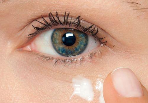 Главные ошибки в уходе за кожей вокруг глаз, которые делают старше