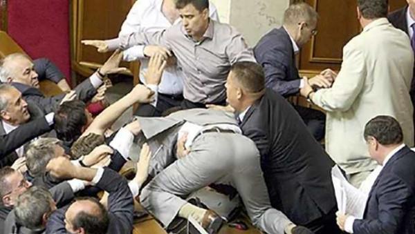На Украине подрались депутат…