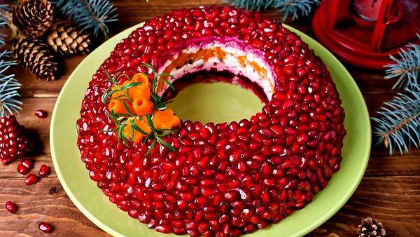 «Гранатовый браслет», «Мимоза», «Селедка под шубой» и еще 7 традиционных салатов к новогоднему столу