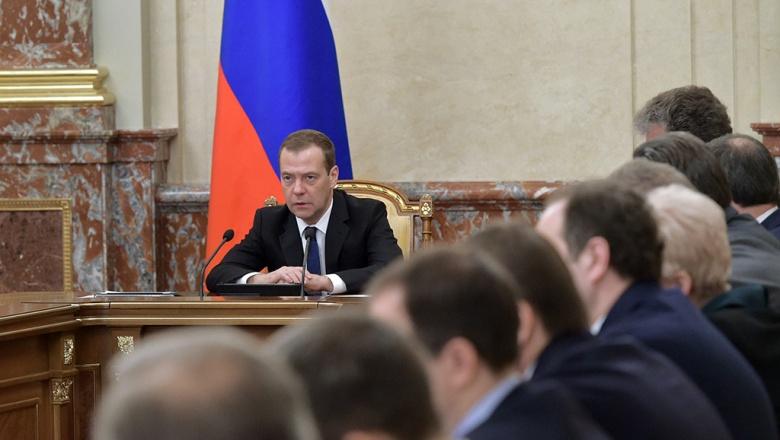 Медведев предложил сажать чиновников разного уровня в большие открытые залы