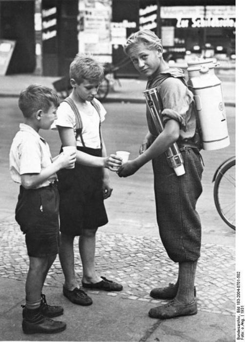 Берлинский подросток зарабатывает, продавая лимонад в 1931 году.