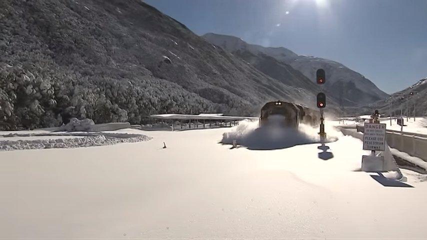 Поезд на бешеной скорости мчится по снегу. Увидеть такое — большая редкость