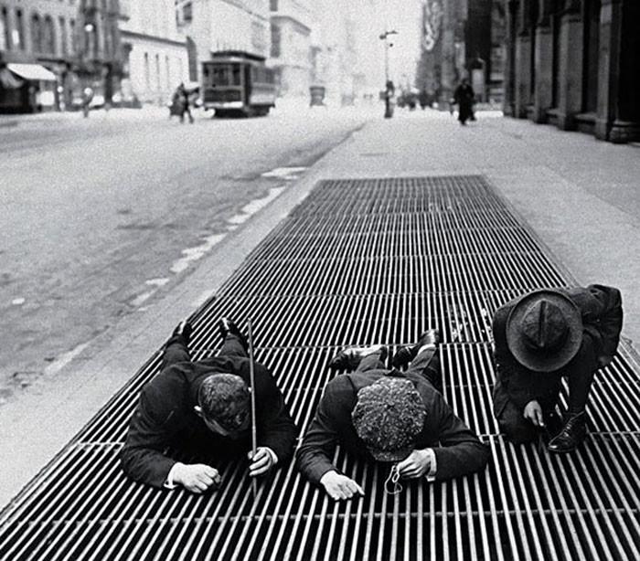 14. В попытках вытащить упавшие монеты, Нью-Йорк, 1930 год  детство, прошлое, фотография