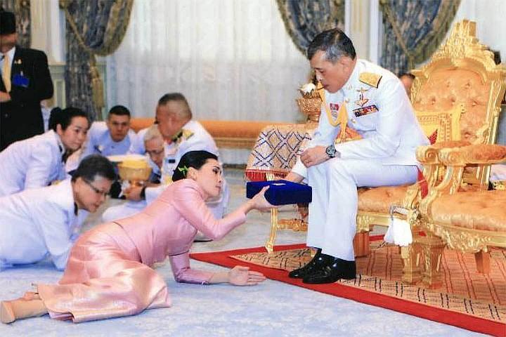 Жены и любовницы короля Таиланда: Одну кормил из собачьей миски, другую — отправил к смертникам