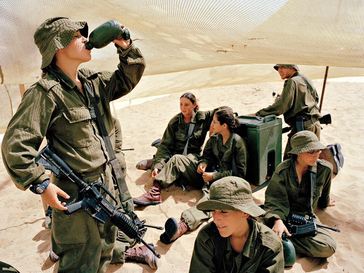 Девушки в израильской армии на фотографиях Рэйчел Папо