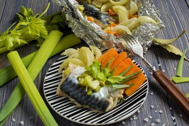 Скумбрия в фольге, приготовленная на пару с овощами