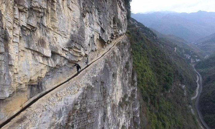 Китаец  36 лет  пробивал в скалах  канал  для родной деревни