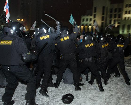 Милицейские дубинки, мощная пропаганда, низкая квартплата: на чем держится власть Лукашенко?