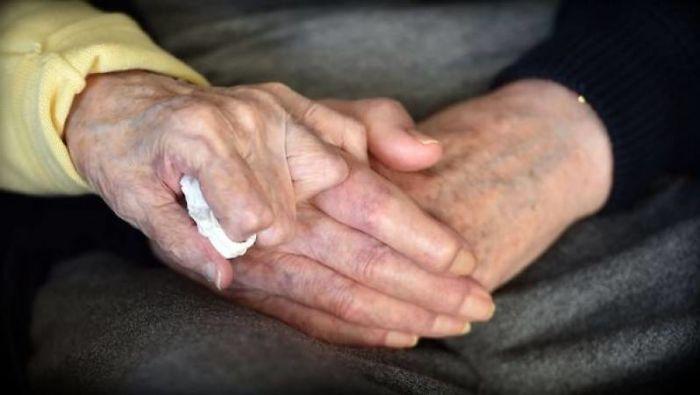 98-letnyaya-mama-priglyadyvaet-za-svoim-80-letnim-synom-potomu-chto-mama-vsegda-ostaetsya-mamoj_005