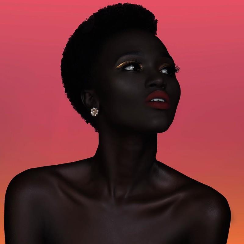 Модель из Южного Судана учит людей не бояться темноты