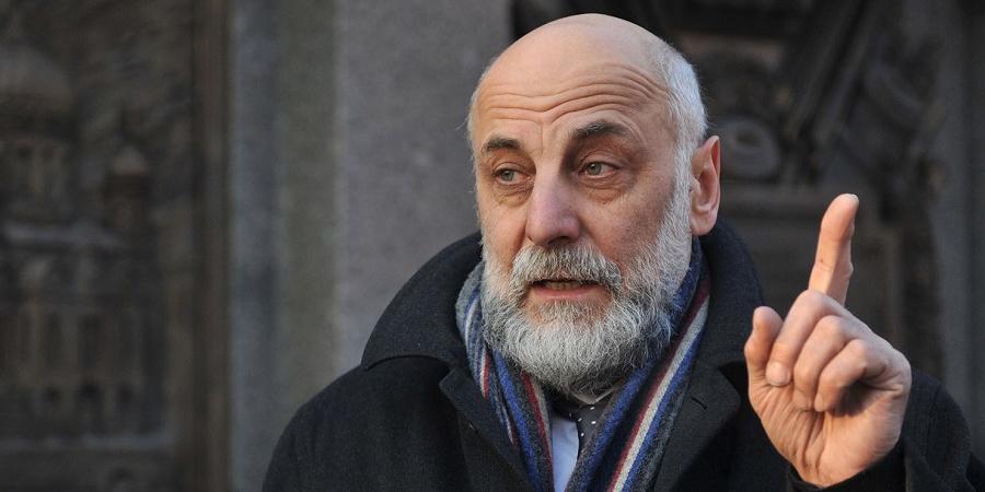 Автор памятника Калашникову ответил певцу ртом на критику монумента