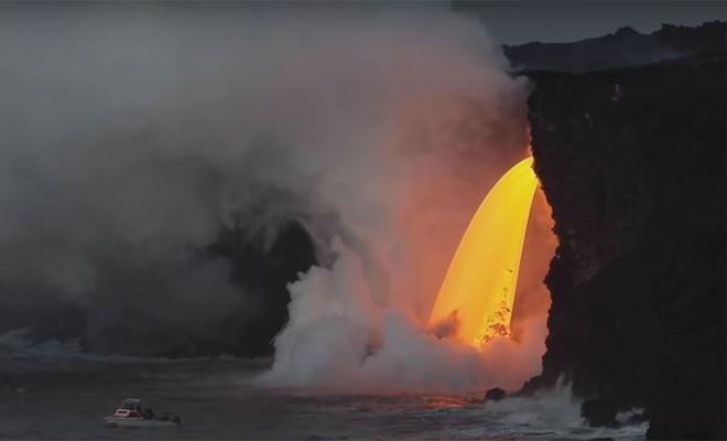 Водопад из кипящей лавы обрушился на Гавайях