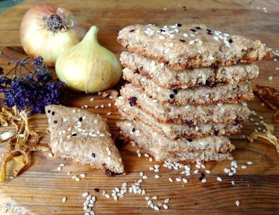 Луковое печенье, приготовленное на смальце (топлёном сале) со шкварками