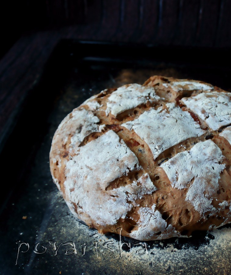 Пшенично-ржаной хлеб с орехами, изюмом, черносливом и курагой
