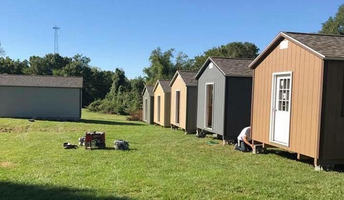 Эту деревню из крошечных домов построили для бездомных ветеранов и они могут там жить совершенно бесплатно