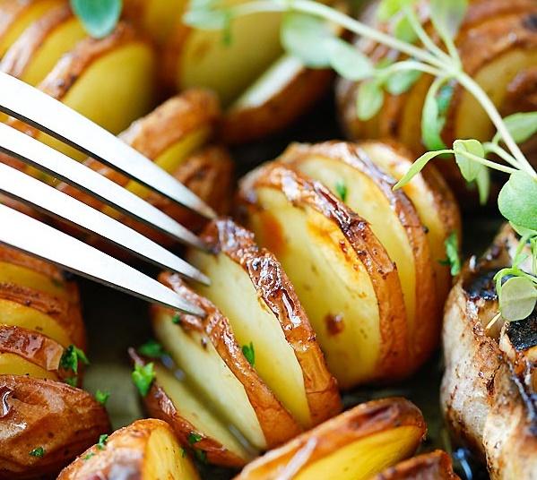 Ароматный жареный в духовке картофель с чесноком и травами