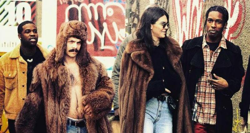 На всех фотографиях Кендал Дженнер появляется ее «брат-близнец» — гений юмора и фотомонтажа