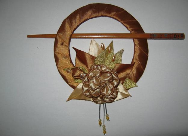 Подборка подхватов для штор из старых компакт дисков, декорированных цветами в технике Канзаши