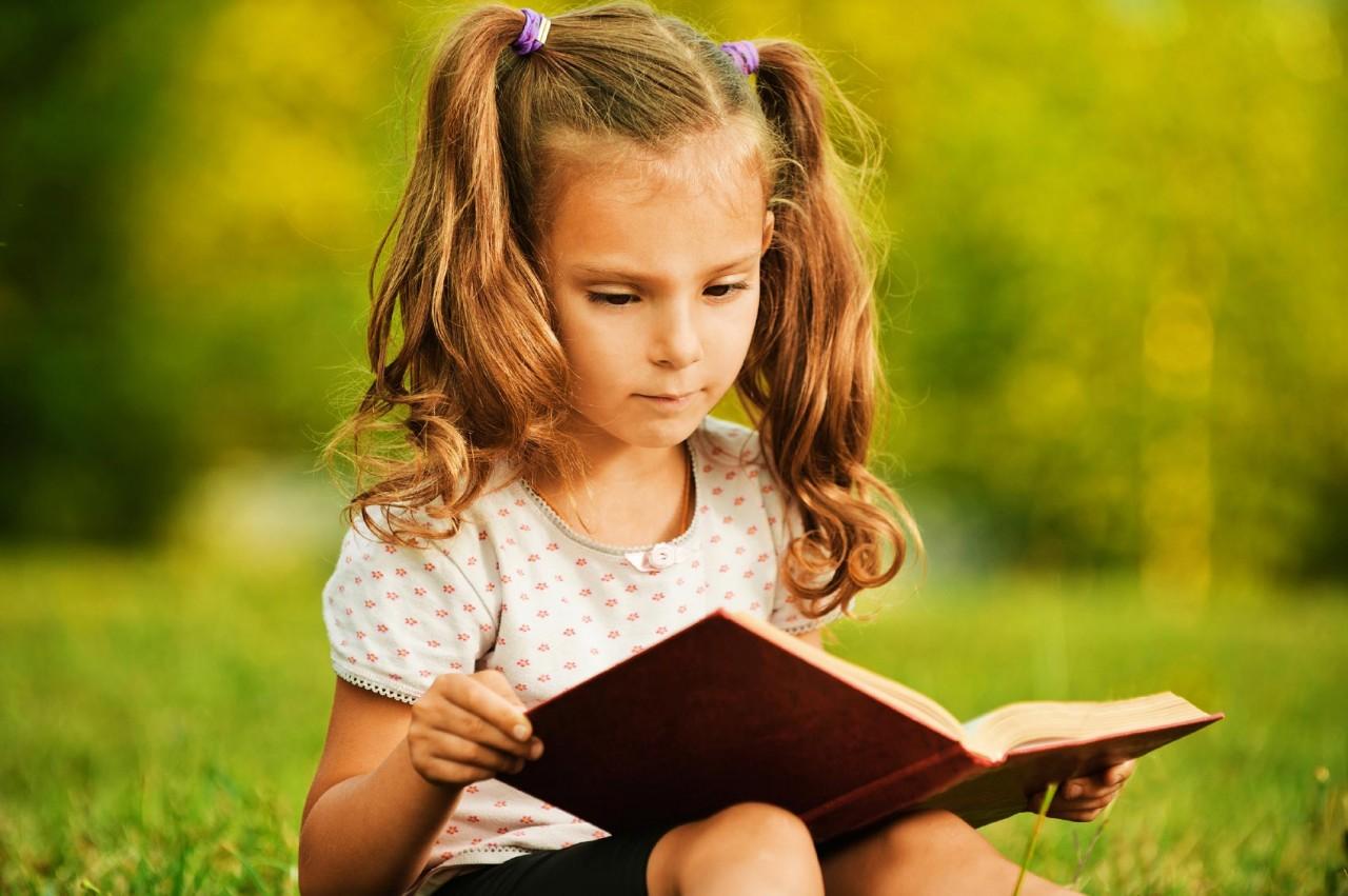 Картинки по запросу girl reading book