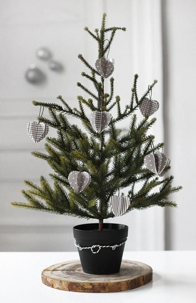 Вместо гирлянды при украшении карликовой ели используйте миниатюрные украшения