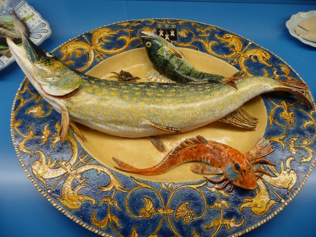 Змеи на тарелках