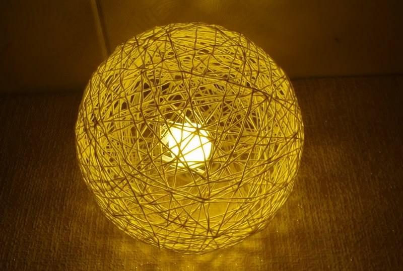 Светильники из шаров из ниток