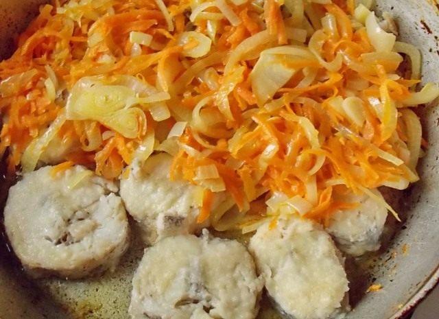 Тушим рыбу и пассерованные овощи в маринаде