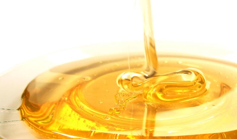 Потеря веса Сахар, который содержится в меде, отличается от того, что мы употребляем ежедневно. Приучите себя заменять медом сладости вроде шоколада и газировки, чтобы начать терять вес.