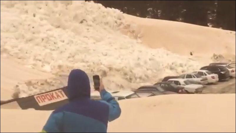 Сход лавины на автостоянку