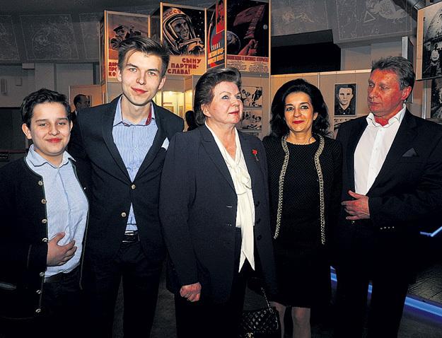 Внуки Андрей и Алексей, Валентина Владимировна, дочь Елена и зять Андрей РОДИОНОВ