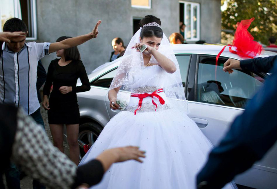 Девочки на выданье: как живут несовершеннолетние невесты в Грузии