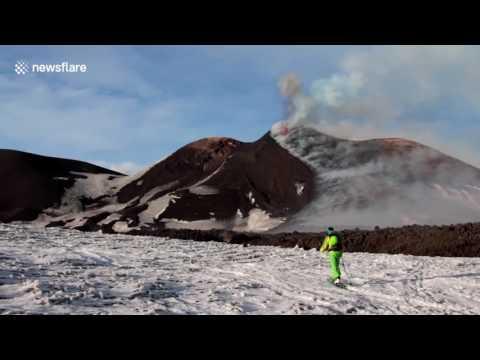 Вулкан Этна устроил очередное зрелищное световое шоу