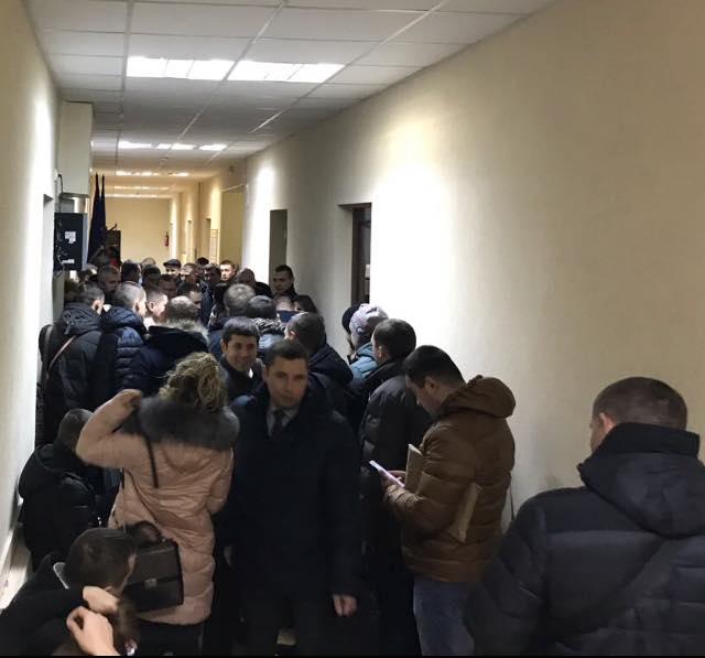 Украинских прокуроров заставили часами стоять в унизительных очередях