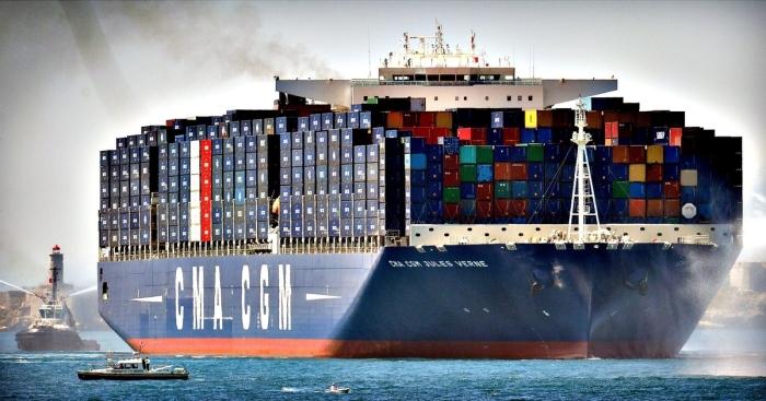 Гигантский контейнеровоз.