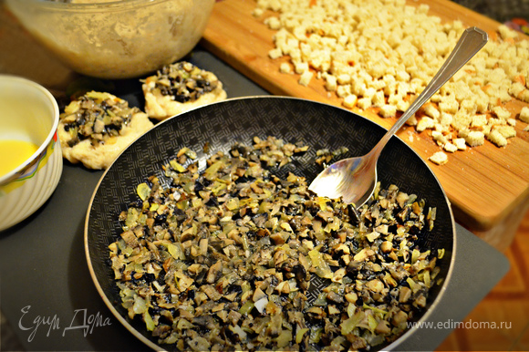 """Муку насыпьте в плоскую тарелку. В отдельной миске взболтайте яйцо. Далее подготавливаем """"каштаны"""", руки в процессе можно смачивать теплой водой. Из фарша cформируйте небольшую лепёшку, в середину уложите 1-2 ч. л. грибной начинки."""