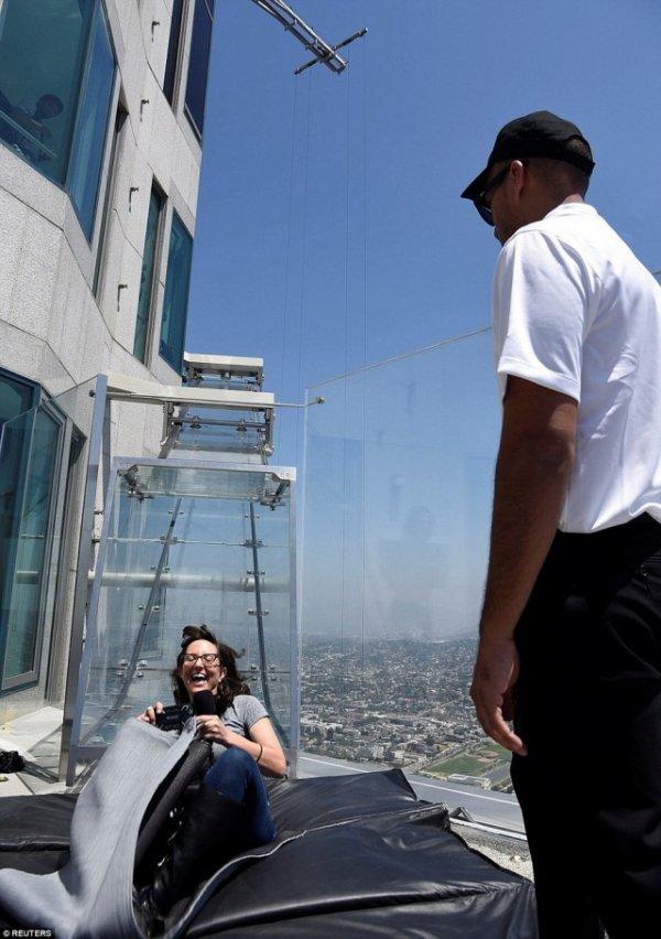 Стеклянная горка на небоскребе