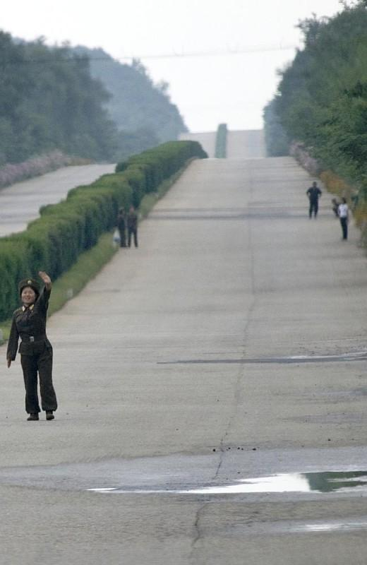 41. Общественного транспорта для межгородского сообщения почти нет. Граждане должны получать разрешения на перемещение из одного места в другое. На этой фотографии вы можете видеть солдат, голосующих на шоссе.