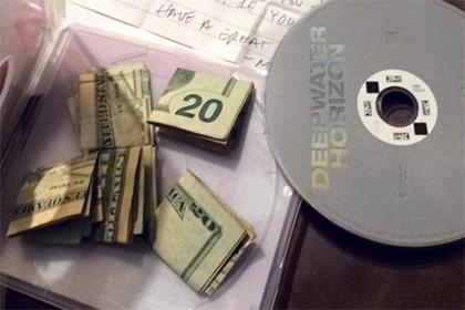 Американка нашла в коробке из-под прокатного DVD деньги и записку от незнакомца