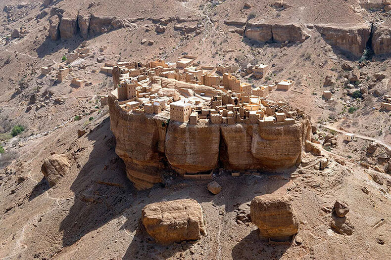 Хайд Аль-Джазил – деревня, которая стоит на огромном валуне