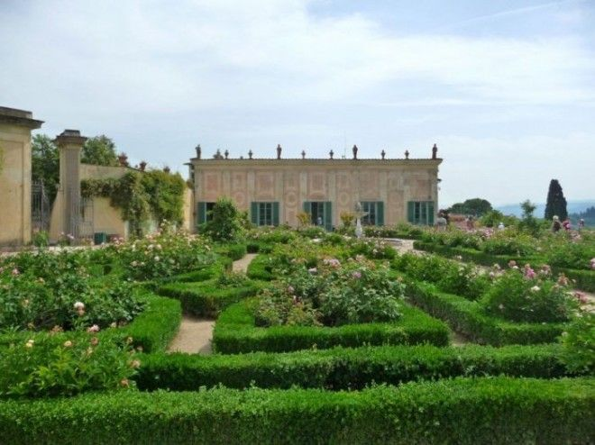 Самый красивый парк Италии в стиле Ренессанса украшенный скульптурами фонтанами и беседками был открыт для широкой публики только в 1766 году