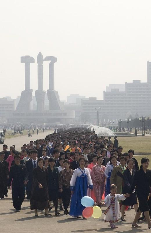 39. На фестивале в честь Ким Чен Ира тысячи северокорейцев стоят в очереди к различным памятникам.