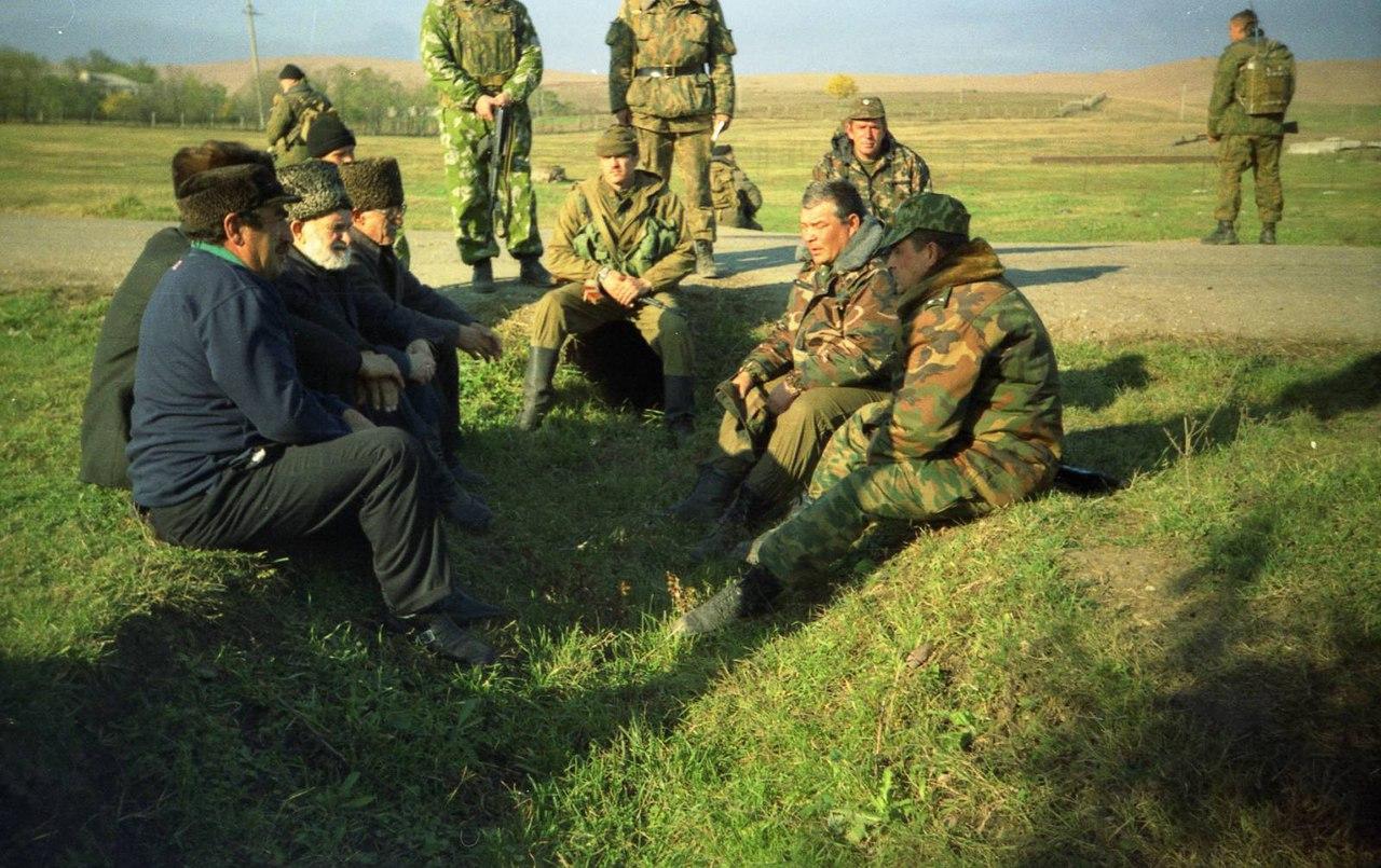 Переговоры старейшин и командования полка.Чечня,Закан-Юрт ноябрь 1999 года.