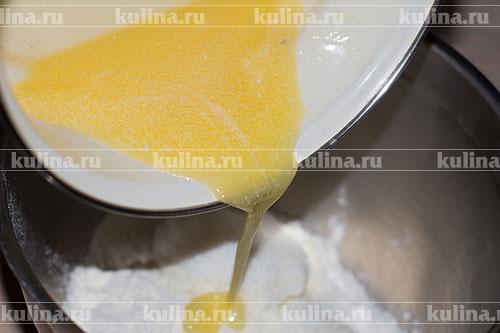 Влить растопленное сливочное масло.